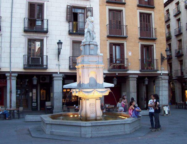 """FUENTE DE ORFEO, en la Plaza de la Provincia de Madrid (España). Realizada en 1618 por Juan de Chapital y Alduayn y Martín de Azpillaga, desmantelada en 1869, y reconstruida recientemente. ------- FUENTE DE ORFEO (""""Fountain of Orpheus"""") at the Plaza de la Provincia (square) in Madrid (Spain). Made in 1618 by Juan de Chapital y Alduayn and Martín de Azpillaga, dismantled in 1869 and recently rebuilt."""